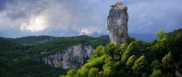 În Georgia se înalță Coloana Katskhi, un monolit semeț. În ciuda înălțimii amețitoare și a accesului anevoios, vârful stâncii este locuit permanent!