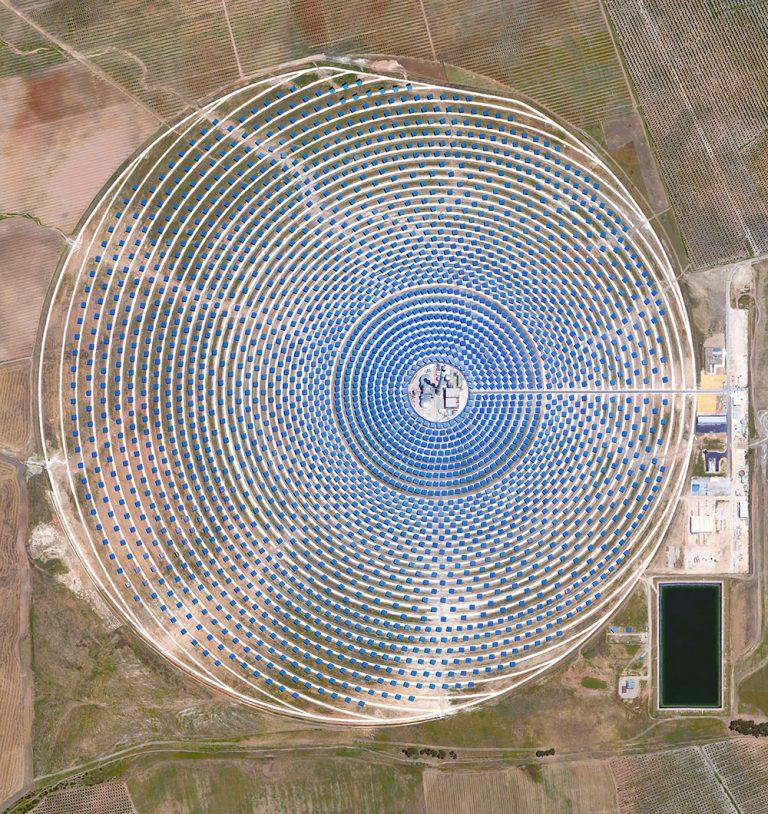 sat.-human-ingen-via-colossal-Gemasolar-Thermosolar-Plant-in-Seville-Spain.-The-solar